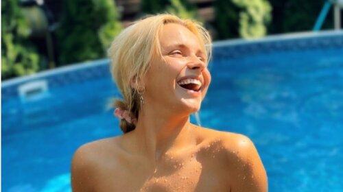 С акцентом на грудь: 40-летняя Ребрик похвасталась новым купальником – подобрала самый модный фасон и расцветку (фото)