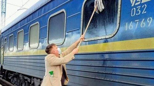 """Швабру в руки и вперед: иностранец помыл грязное окно вагона """"Укрзализниці"""" и стал звездой Сети (фото)"""