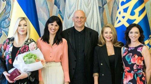 Лорак – в черном, Билык – в цветах,  Ефросинина – в леопардовых туфлях: как звезды украинского шоу-бизнеса получали награды от президента (фото)