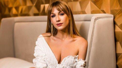 В полупрозрачном платье с мокрыми волосами: Леся Никитюк в жарких позах показала идеальные изгибы