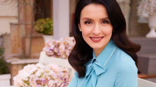 В платье с цветочным принтом: телеведущая Валентина Хамайко похвасталась ярким образом для эфира