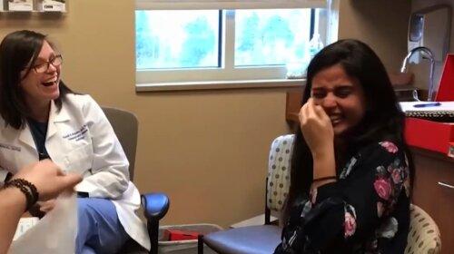 Лікар включила дівчині слуховий апарат і всі ахнули: такого точно ніхто не чекав (ВІДЕО)