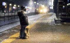 одинокий ребенок на улице зимой