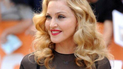 В одних трусах і панамі: 61-річна Мадонна засвітила великі груди на камеру