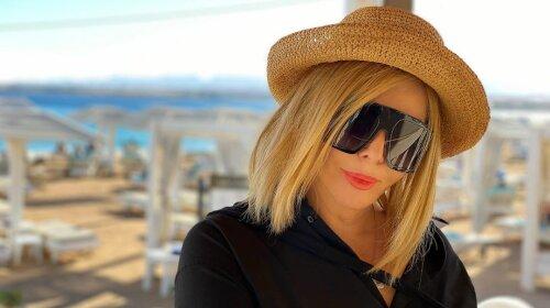 В розовом платье-«зефирке»: 50-летняя Ирина Билык поразила экстравагантным образом на отдыхе в Турции (фото)
