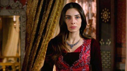 """Как тростинка: любимица султана из """"Великолепного века"""" показала реальную фигуру"""
