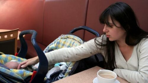 Мама годує з рук сина-зомбі, який страждає від комп'ютерної залежності