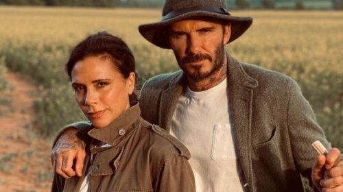 В мини-шортах и рубашке oversize: Виктория Бекхэм показала совместную фотографию с мужем – красивая пара