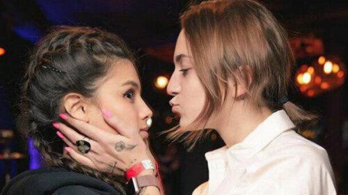 Падчерицу Потапа застукали за поцелуями с девушкой в публичном месте (фото)