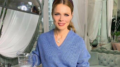 У блакитному шовковому топі: Оля Фреймут захопила ніжним образом (фото)