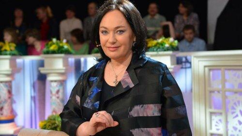 60-летняя Лариса Гузеева прикрыла грудь рукой на красной дорожке: фотофакт