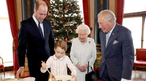 Королева Єлизавета II з онуками і старшим сином Чарльзом приготувала різдвяні пудинги (фото)