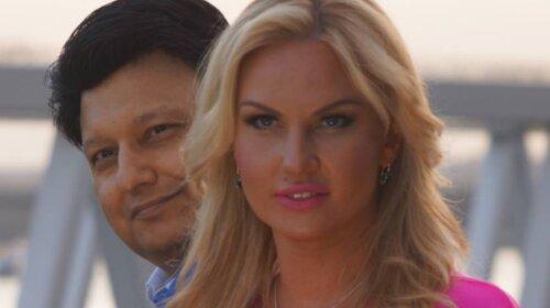 65-летнего мужа Камалии Мохаммада Захур застали в объятьях роскошной блондинки: прижимался к ней всем телом (фото)