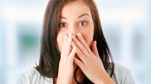 """О каких болезнях может """"кричать"""" неприятный запах изо рта: ответ стоматолога"""