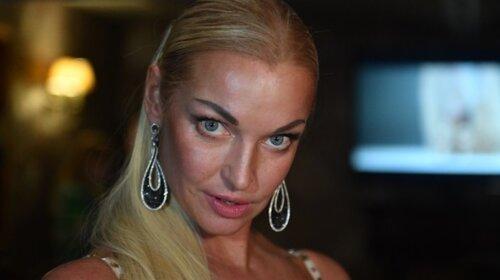 Волочкова показала журналісту нижню білизну: прямо під час інтерв'ю підняла поділ сукні