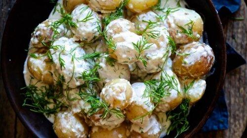 Обалденно вкусная молодая картошечка в нежном сметанном соусе – готовить ее всего 10 минут