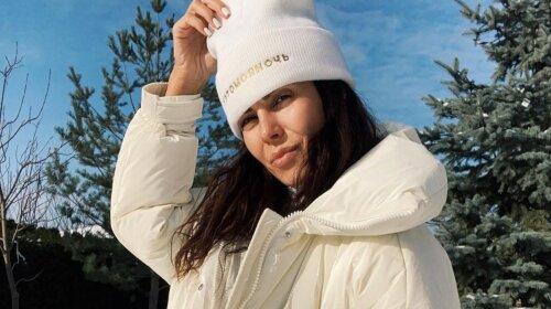 Джинси-варенки + білий пуховик: Настя Каменських зачарувала стильним зимовим образом (фото)