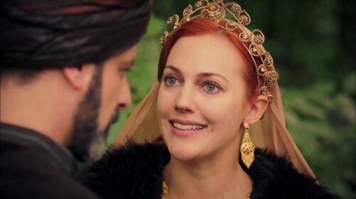 """В черном кожаном платье: Хюррем-султан из """"Великолепного века"""" похвасталась стройными ножками"""