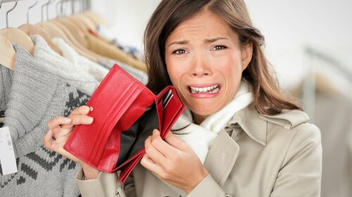 empty wallet — woman with no money shopping