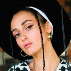 В белых брюках и шляпе с полями: Alina Pash удивила элегантным образом