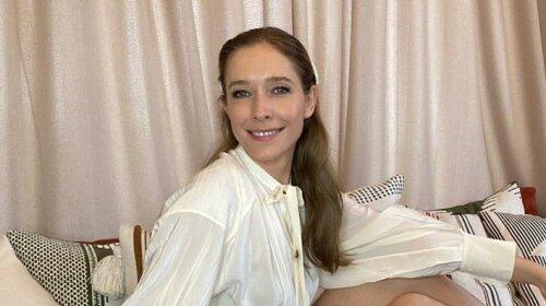 В эффектном мини, лежа на диване: Катя Осадчая восхитила шикарными ногами
