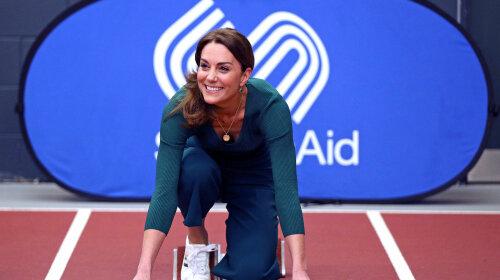 В модных кюлотах и кроссовках Adidas: Кейт Миддлтон поразила подтянутой фигурой на встрече со спортсменами