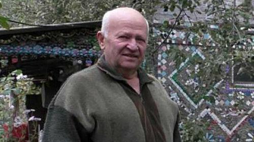 Украинец преобразил свой дом с помощью цветов, сделанных из деталей бутылки — как его жилище теперь выглядит