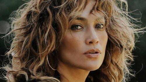 Короткий топ и длинные волосы цвета корицы: 51-летняя Дженнифер Лопес похвасталась стильным преображением (фото)