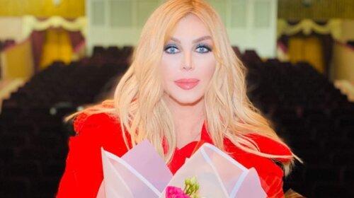 """У яскравому кімоно і незвичайному капелюсі: Ірина Білик вразила ефектним образом в турецькому готелі - """" Райська пташка!» (фото)"""
