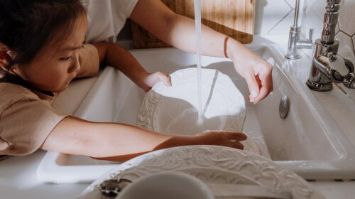 """""""Особливо небезпечна мийка вікон"""": доктор Комаровський розповів, як безпечно використовувати побутову хімію в присутності дітей"""
