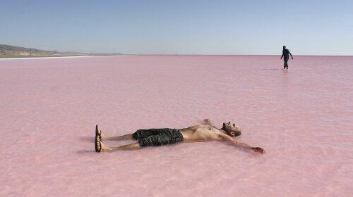 Уникальное явление: крупнейшее озеро в Турции внезапно изменило свой цвет (фото)