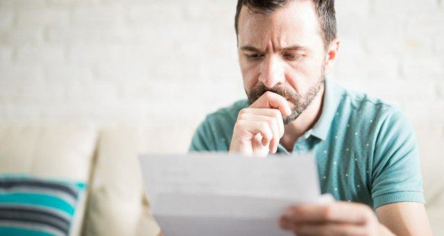 man-reading-letter-and-worrying-about-signs-of-lung-cancer-in-men
