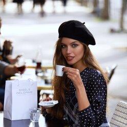 В стиле Коко Шанель: жена Дмитрия Комарова примерила образ изысканной парижанки
