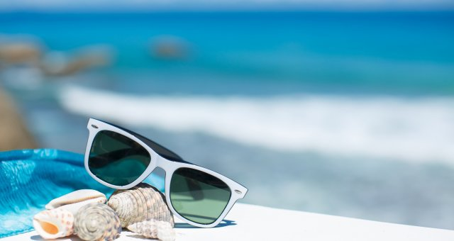 summer_vacation_beach_accessories_glasses_sun_shells_blue_sky_sea_revel