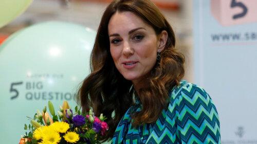 Стильна Кейт Міддлтон в брюках кльош і блузі побувала в музеї науки і поспілкувалася з дітьми