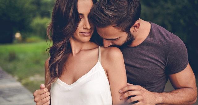 casal-beijo-ombro-1116-1400×800