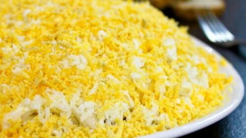 Вкуснее «Мимозы» - оригинальный слоеный салат из 3-х самых простых ингредиентов