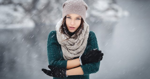 316618-women-brunette-sweater-scarf-winter-snow-women_outdoors-portrait-depth_of_field-knit_hat-Ange