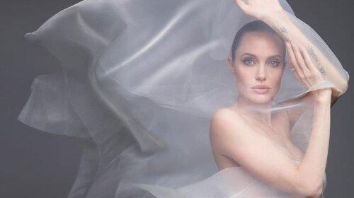 44-летняя Анджелина Джоли  полностью обнажилась на камеру: самые горячие кадры фотосессии