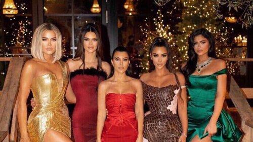 Кім Кардашьян і сестри в шикарних сукнях з декольте засвітилися на різдвяній вечірці