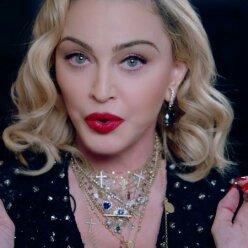 61-летняя Мадонна публично занялась уринотерапией (видео)