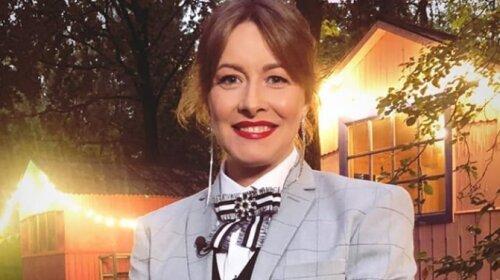 """У яскравому костюмі і з модною стрижкою каре: 43-річна Олена Кравець з """"Кварталу 95"""" показала новий стильний образ (ФОТО)"""