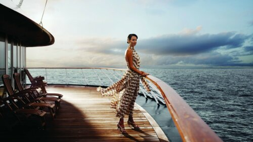 www.GetBg.net_Girls_The_girl_looks_at_the_sea_from_the_deck_of_the_yacht_097483_