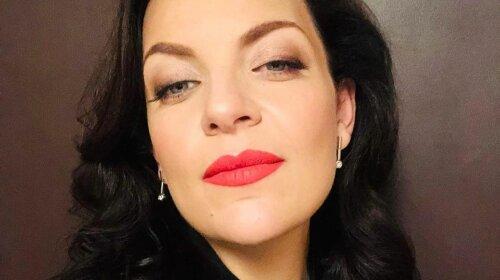 Психолог Наталія Холоденко в золотистому міні з шовкової накидкою захопила стрункою фігурою
