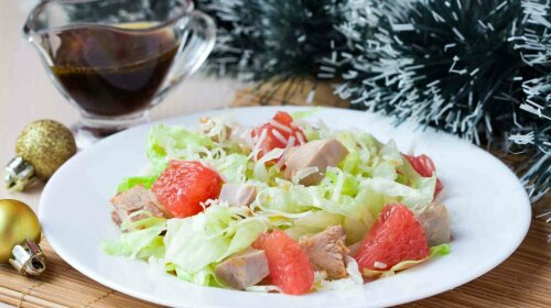 Delicious fresh salad with grapefruit, chicken, lettuce, cheese