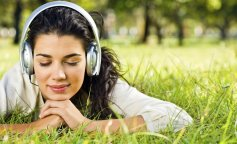 Girls_In_the_headphones_on_the_grass_025125_