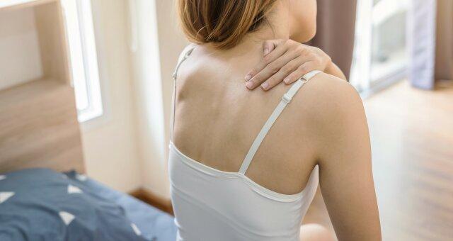 Названы ежедневные привычки, которые провоцируют боли в спине