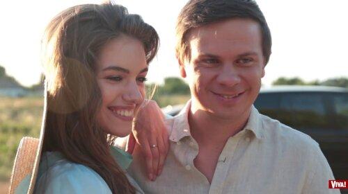 Дімі пощастило з красунею: Молода дружина Комарова на пляжі блиснула витонченою фігурою