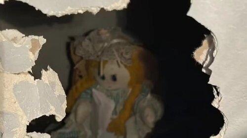 """""""Я выбрала для них смерть"""": мужчина обнаружил в стене своего дома куклу с жутким письмом"""