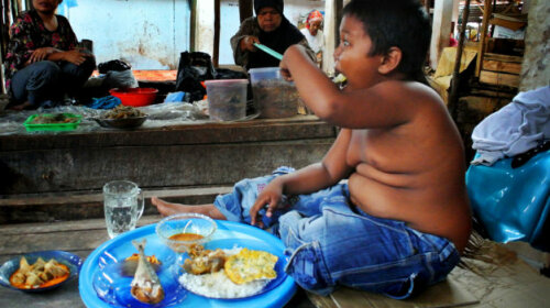 Как сейчас выглядит ребенок из Индонезии, который выкуривал 40 сигарет в день